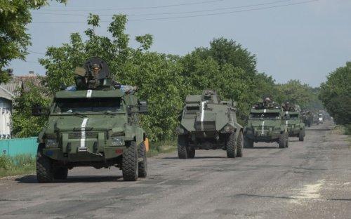 Конвой Вооруженных сил Украины направляется к линии фронта