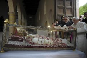 Бенедикт XVI возлагает свой паллий на гробницу Целестина V. Аквила, 2009 год.