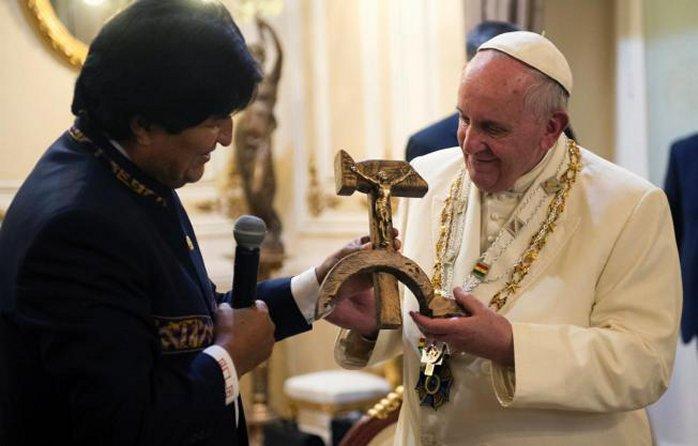 Улыбающийся Франциск получает от Эво Моралеса образ Иисуса Христа, распятого на серпе и молоте