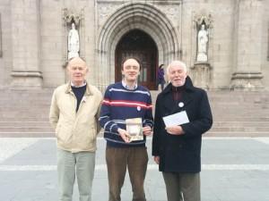 Ирландские гей-активисты у кафедрального собора св. Патрика в Арме