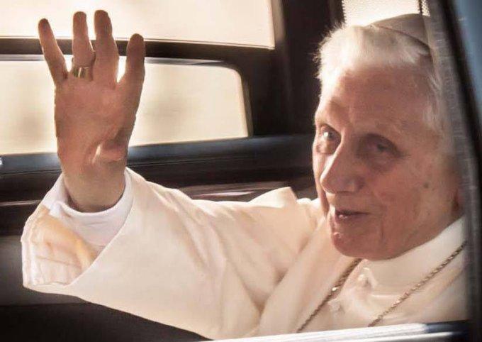 Бенедикт XVI покидает Кастель-Гандольфо