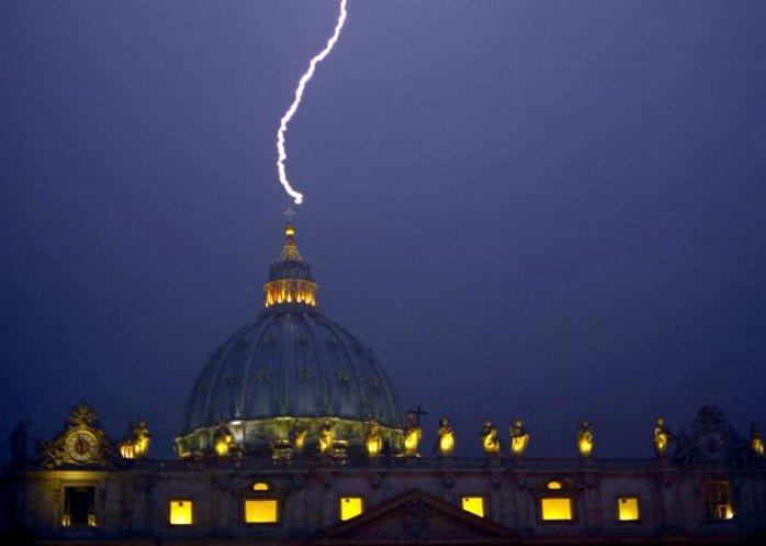Молния, ударившая в купол собора св. Петра 11 февраля 2013 года, в день отречения Бенедикта XVI