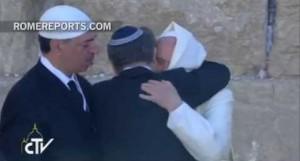 Объятия Франциска с раввином Абрахамом Скоркой и имамом Омаром Аббудом у стены Плача в Иерусалиме