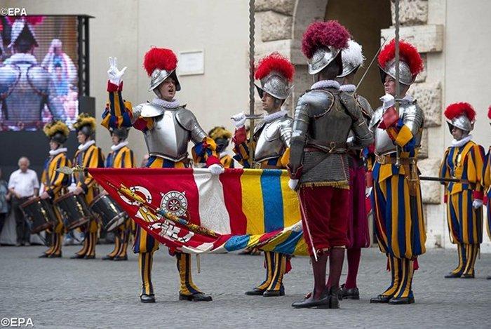 Швейцарские гвардейцы приносят присягу