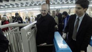 Кардинал Бергольо в сопровождении своего пресс-секретаря Федерико Вальса  под прицелом объективов журналистов входит в буэнос-айресское метро