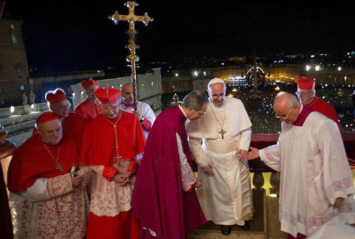 Франциск покидает балкон собора св. Петра.