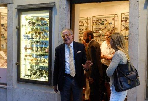 Магазин оптики, посещенный Франциском, превратился в место паломничества