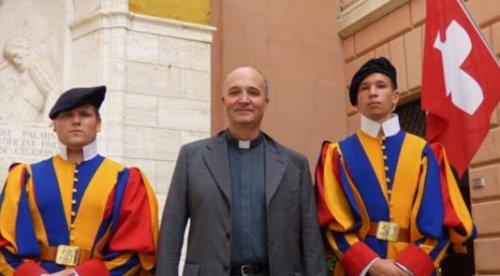 Ушел в отставку капеллан папской гвардии