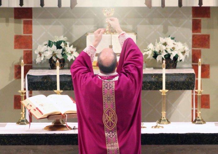 Кардинал Сара призвал священников начать служить Мессу лицом к Востоку с первого воскресенья Адвента