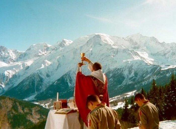Конгрегация богослужения о положении священника во время Мессы