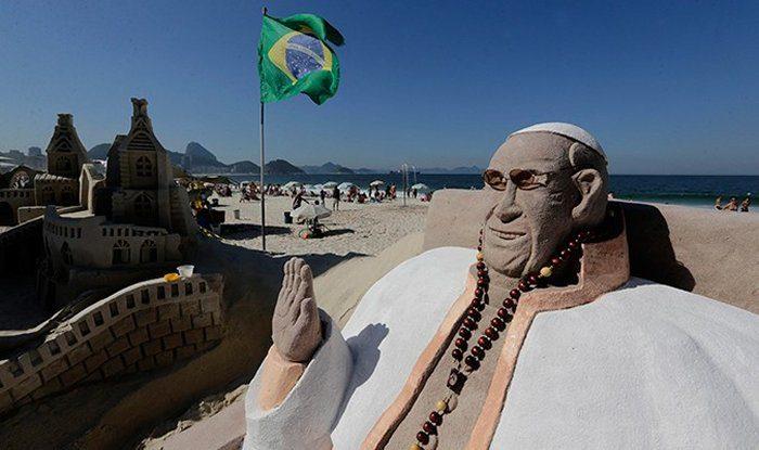Песчаная статуя Франциска на пляже Копакабана перед Всемирным днем молодежи в 2013 году