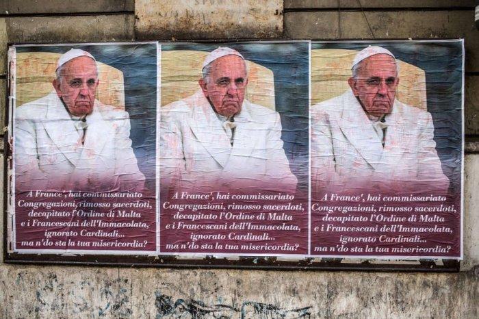 Протесты против Франциска в Риме