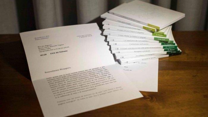 Ватикан признал, что отредактировал фотографию с письмом Бенедикта XVI