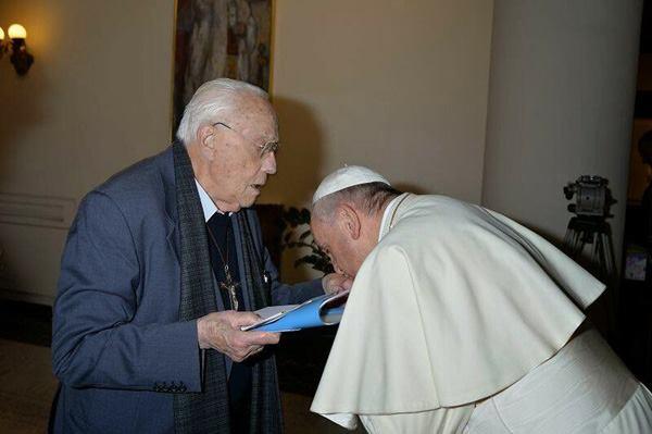 Бергольо целует руку священнику Микеле де Паолису, про-гомосексуальному активисту