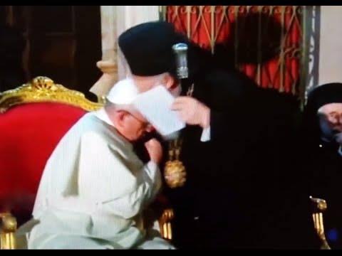 Бергольо целует руку Варфоломея I