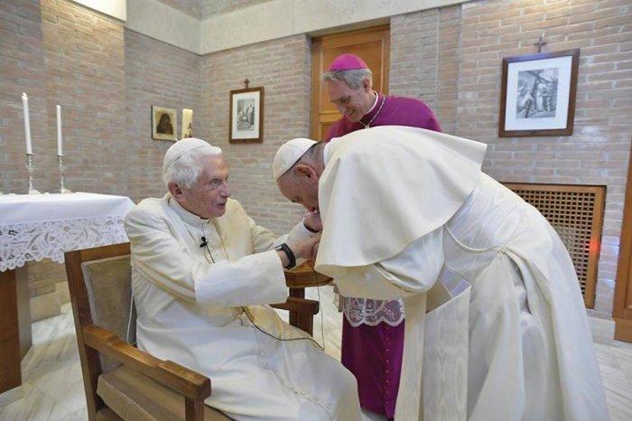 Бергольо целует руку Бенедикту XVI