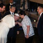 Бергольо целует руку жертвам Холокоста