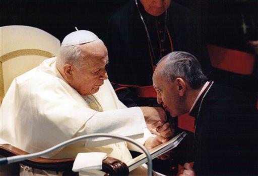 Бергольо целует руку Иоанну Павлу II