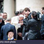 Бергольо целует руки неопресвитерам