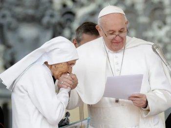 Монахиня целует руку Бергольо